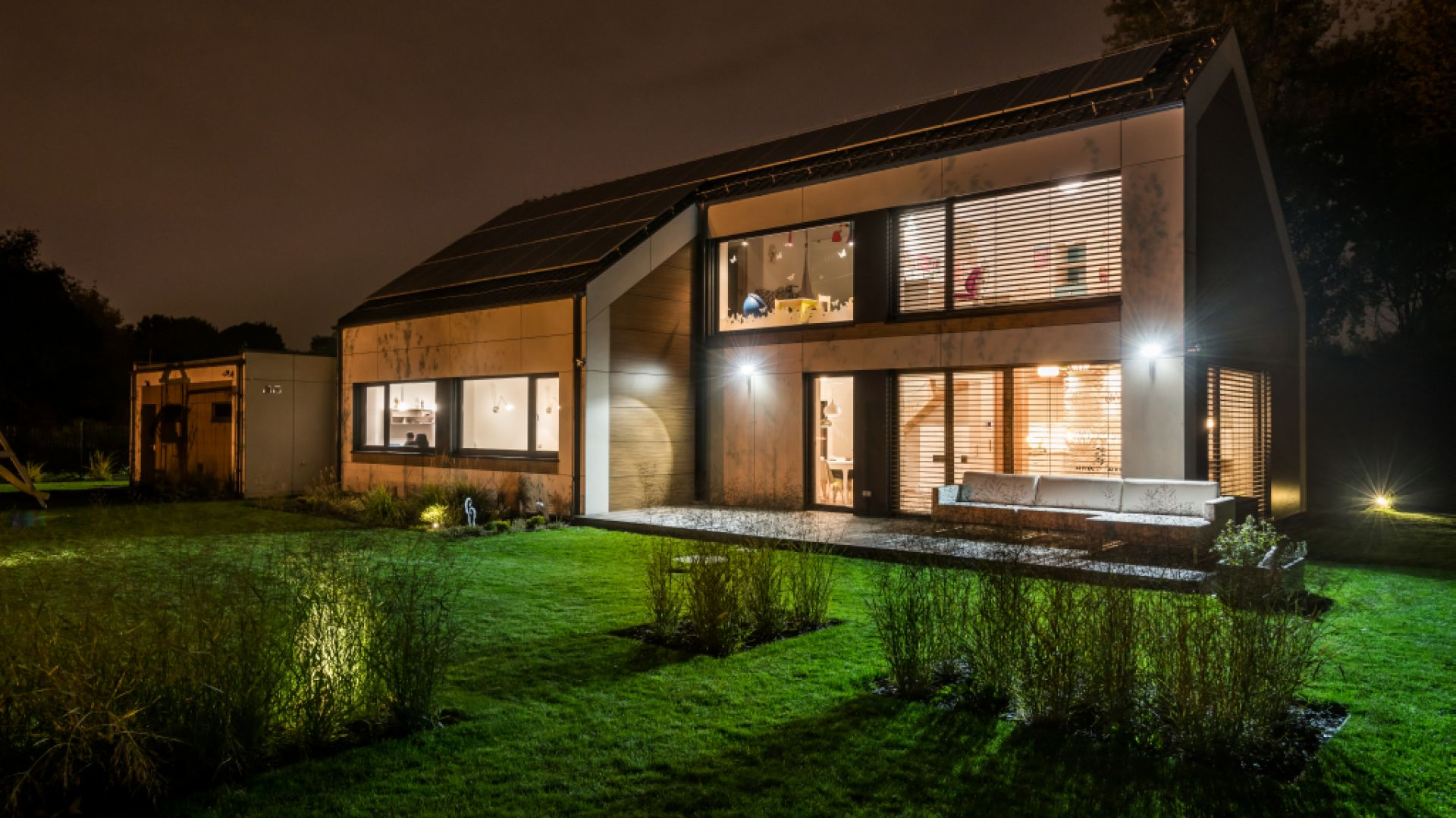 W efekcie w tym domu zapotrzebowanie na energię użytkową – ogrzewanie i wentylację – utrzymuje się na bardzo niskim poziomie Dążąc do większej samowystarczalności, właściciel podłączył do instalacji panele fotowoltaiczne o mocy 9 kW. Fot. Multicomfort, EcoReadyHouse