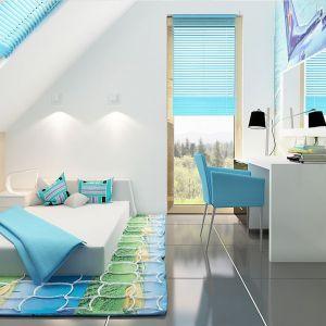 Wygodne łóżko, kolorowa wykładzina, biurko i okna to niezbędne wyposażenie pokoju dla dziecka. Fot. Z500