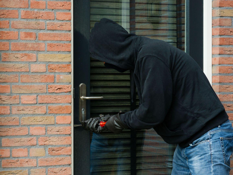 Zaawansowane systemy monitoringu mają niestety swoją cenę, jednak o skuteczną ochronę przeciwwłamaniową można zadbać także na etapie budowy i wykończenia domu. Fot. Budvar Centrum