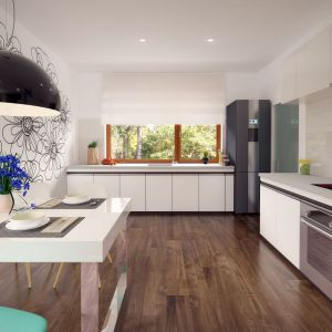 Duże okno, pod którym zaplanowano strefę zmywania, zapewnia naturalne doświetlenie kuchni. Na uwagę zasługuje ściana w strefie jadalni, którą ozdobiono delikatnym czarnym wzorem kwiatowym. Fot. Archetyp