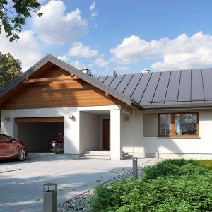 Biała elewacja i grafitowa dachówka z odrobiną drewna sprawiają, że dom jest nowoczesny i elegancki. Fot. Archetyp