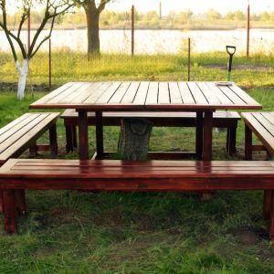 Warto pamiętać, że zaimpregnować i pomalować lakierobejcą powinniśmy cały mebel – również od spodu. Tylko tak zabezpieczone drewno posłuży nam przez długi czas. Fot Bondex