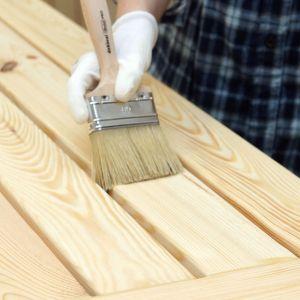 Po całkowitym wyschnięciu impregnatu aplikuje się na powierzchnię stołu i ławek lakierobejcę, która pozwoli zabarwić drewno na pożądany kolor. Fot. Bondex