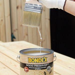 Można wykorzystać do tego bezbarwny impregnat gruntujący Wood Preserver marki Bondex. Preparat wnika głęboko w strukturę drewna, zabezpiecza je i reguluje wilgotność. Co ważne, Wood Preserver to doskonały podkład pod kolejne warstwy malarskie. Fot. Bondex
