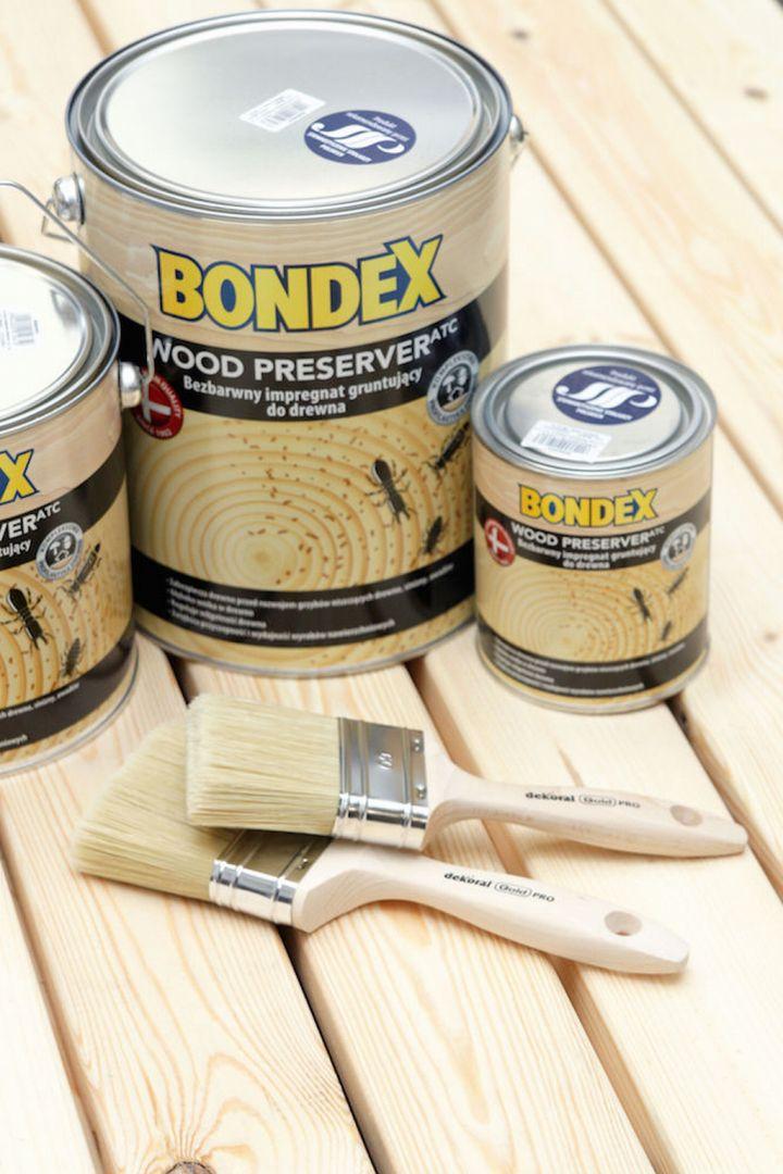 Po całkowitym wyschnięciu kleju należy przeszlifować drewniane powierzchnie. Zabieg ten pozwoli przygotować podłoże do aplikacji preparatu zabezpieczającego drewno przed szkodliwym działaniem warunków atmosferycznych. Fot. Bondex