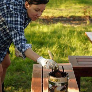 Przykładem takiego produktu jest Premium Wood Design marki Bondex. Najwyższej klasy lakierobejca o żelowej konsystencji jest przeznaczona do dekoracyjno-ochronnego malowania przedmiotów drewnianych i drewnopochodnych znajdujących się zarówno na zewnątrz, jak i wewnątrz pomieszczeń. Fot. Bondex