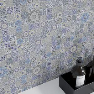Kolekcja dla tych, którzy kochają cement we wnętrzach, ale chcą delikatnie uciec od jego surowości. Zaskakujące połączenie struktur, szarości, kobaltowej mozaiki, zainspirowanej portugalską ceramiką azulejo, tworzy wnętrze nowoczesne i niepowtarzalne. Fot. Opoczno