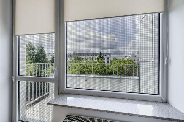 Ciepłe, letnie wieczory przyda się ochrona przed nieproszonymi gryzącymi nas gośćmi. Coraz popularniejsze stają się specjalne siatki, które możemy zamontować w oknach i drzwiach, zagradzając wejście komarom i muszkom. Sprawdź, który rodzaj m