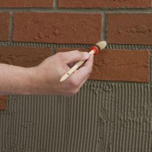 Ostatnim krokiem jest wygładzenie kleju pomiędzy kafelkami. Posłuży nad do tego wilgotny, płaski, 12-milimetrowy pędzel, którym powinniśmy starannie rozprowadzić masę na krawędziach płytek. Fot. Elastolith
