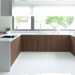 Nowoczesną kuchnię w domu HomeKONCEPT-01 zaprojektowano w kształcie litery U. Fot. HomeKoncept