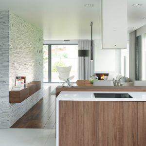 Kuchnia, podobnie jak cała strefa dzienna, jest doskonale doświetlona światłem naturalnym. Fot. HomeKoncept