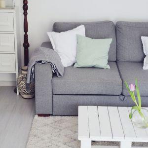Dodatki w stylu skandynawskim to doskonały pretekst na wprowadzenie do wnętrza nieco koloru – kontrasty, choć zrównoważone, są tu bardzo mile widziane – żółta poduszka, czerwona narzuta czy turkusowy koc doskonale ożywią to stonowane i spokoje wnętrze. Fot. Komfort