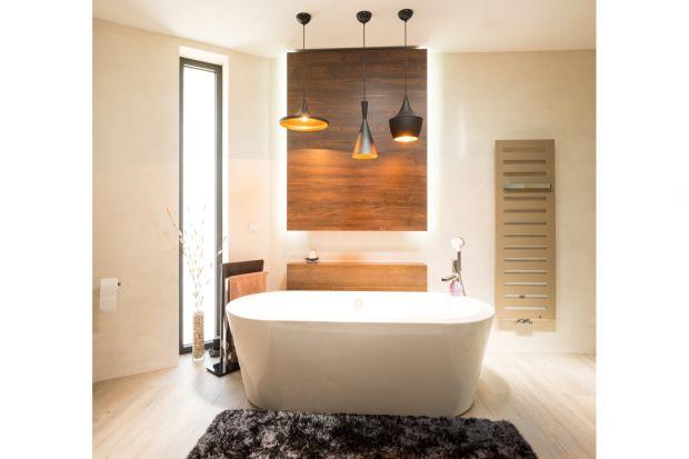 W nowoczesnych łazienkach minimalizm przenika się z tęsknotą za bliskością piękna przyrody. Odzwierciedla się to w tendencji do wykańczania wnętrz naturalnymi materiałami – drewnem oraz kamieniem.