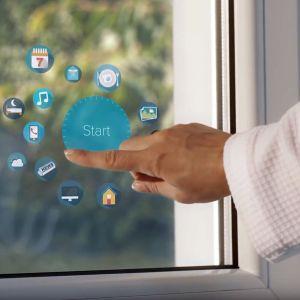 SmartWindow Drutex-u doskonale wpisuje się w ideę inteligentnego budownictwa propagowaną na całym świecie. Rewolucyjne okno jest kompatybilne z innymi systemami i urządzeniami IoT w domu. Fot. Drutex