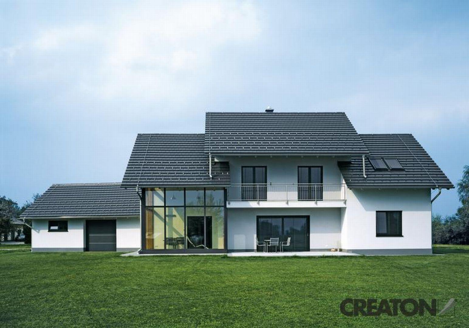 """Podejmując się budowy domu, należy zaplanować wszystko skrupulatnie już na etapie projektu. Zanim jednak zastanowimy się nad układem ścian i aranżacją wnętrz, warto pomyśleć o przysłowiowym """"dachu nad głową"""", który zapewni nam komfort i bezpieczeństwo. Fot. Creaton Polska"""