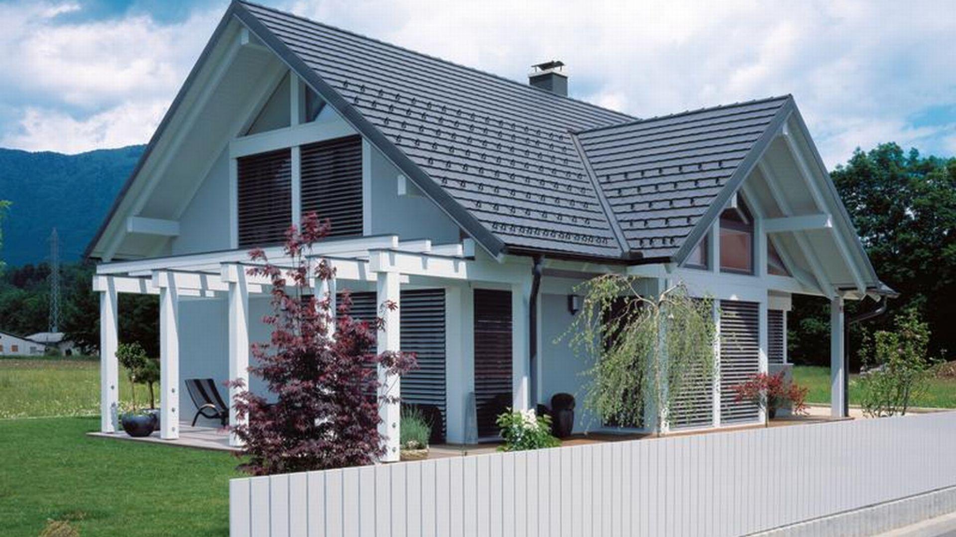 Wszędzie dobrze, ale w domu najlepiej… Trudno się nie zgodzić z tym powiedzeniem. Abyśmy mogli jednak czuć się w nim bezpiecznie, należy skonstruować solidny dach, dzięki któremu będziemy spać spokojnie. Taki komfort zapewnią nam dachówki ceramiczne bądź cementowe. Fot. Creaton Polska