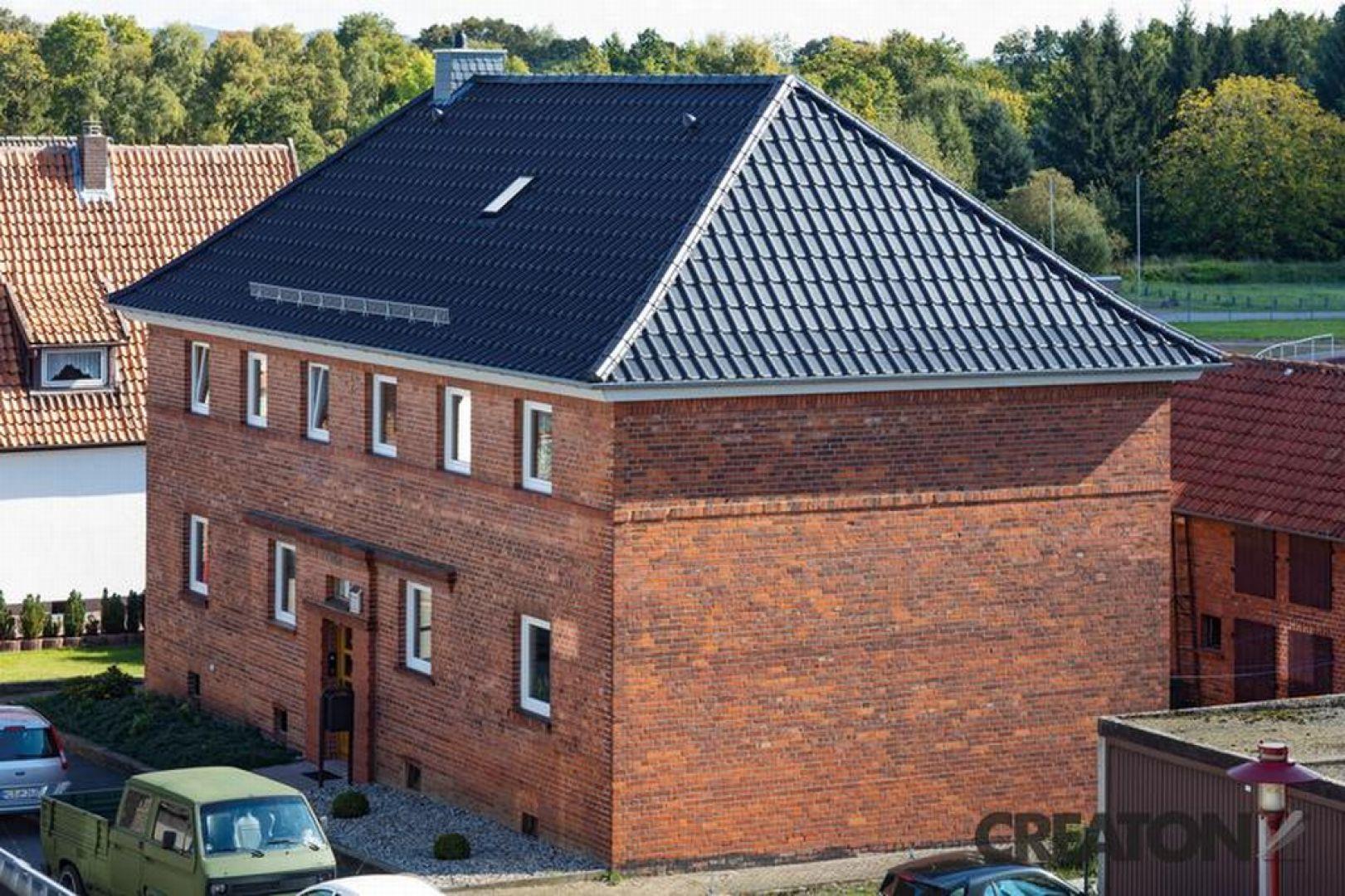 """Gdy już wybierzemy kształt dachu, dzięki któremu nasze przysłowiowe """"cztery ściany"""" staną się wkrótce domem, warto pomyśleć o rodzaju pokrycia. Liczy się bowiem zarówno jego wygląd, jak i wytrzymałość, w tym odporność na czynniki atmosferyczne. Fot. Creaton Polska"""