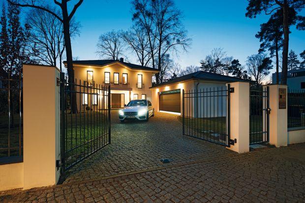 Bramy wjazdowe i garażowe, drzwi wejściowe i wewnętrzne, a także oświetlenie i inne domowe urządzenia połączone systemem sterowania radiowego BiSecur tworzą dom prawdziwie inteligentny. Opracowany przez firmę Hörmann system dwukierunkowego ster