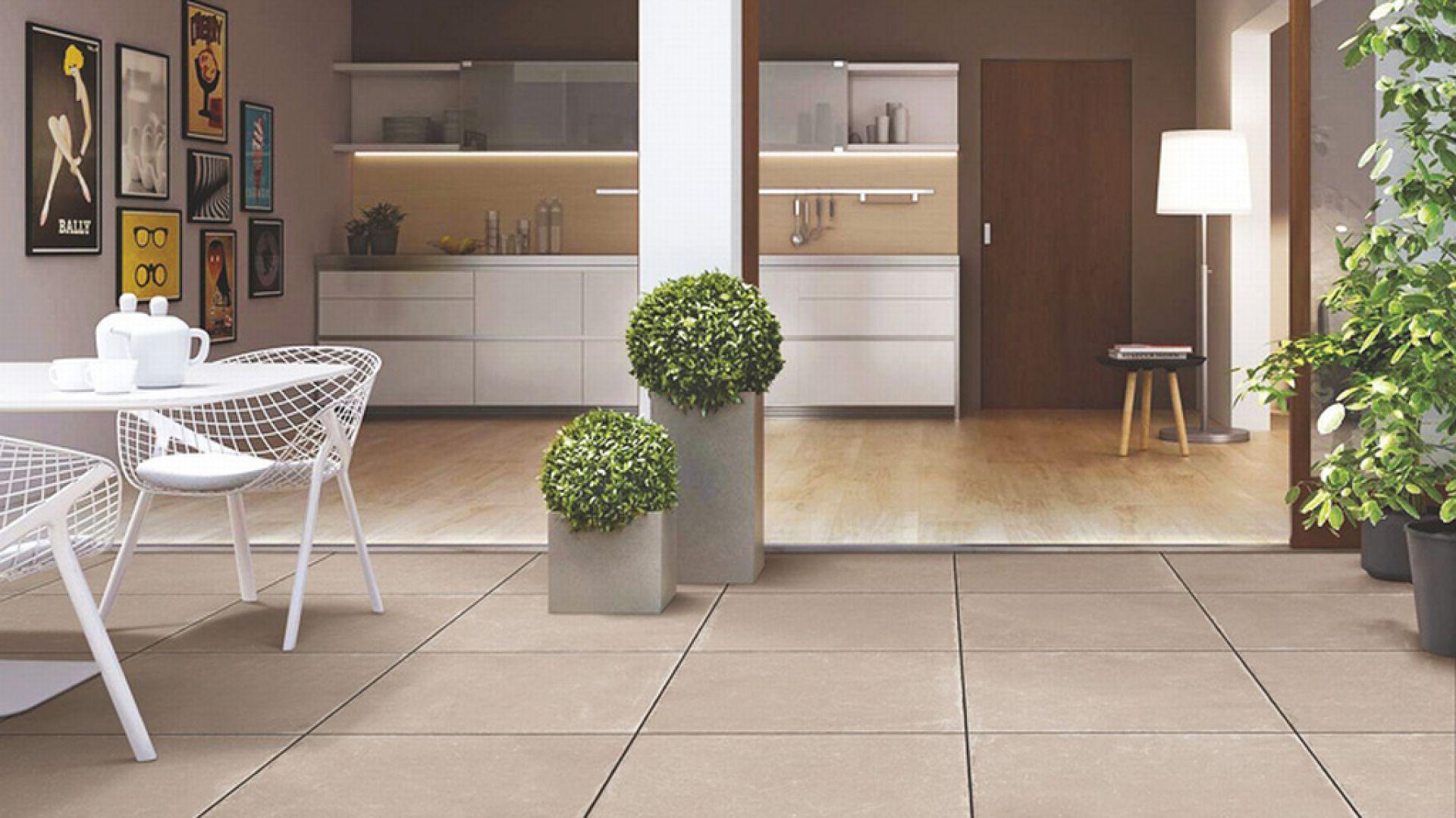 Zróżnicowana stabilność wymiarowa sąsiadujących ze sobą odmiennych rodzajów pokryć podłogowych pociąga za sobą konieczność wykonania dylatacji, które mogą negatywnie wpływać na estetykę podłogi. Fot. Nova