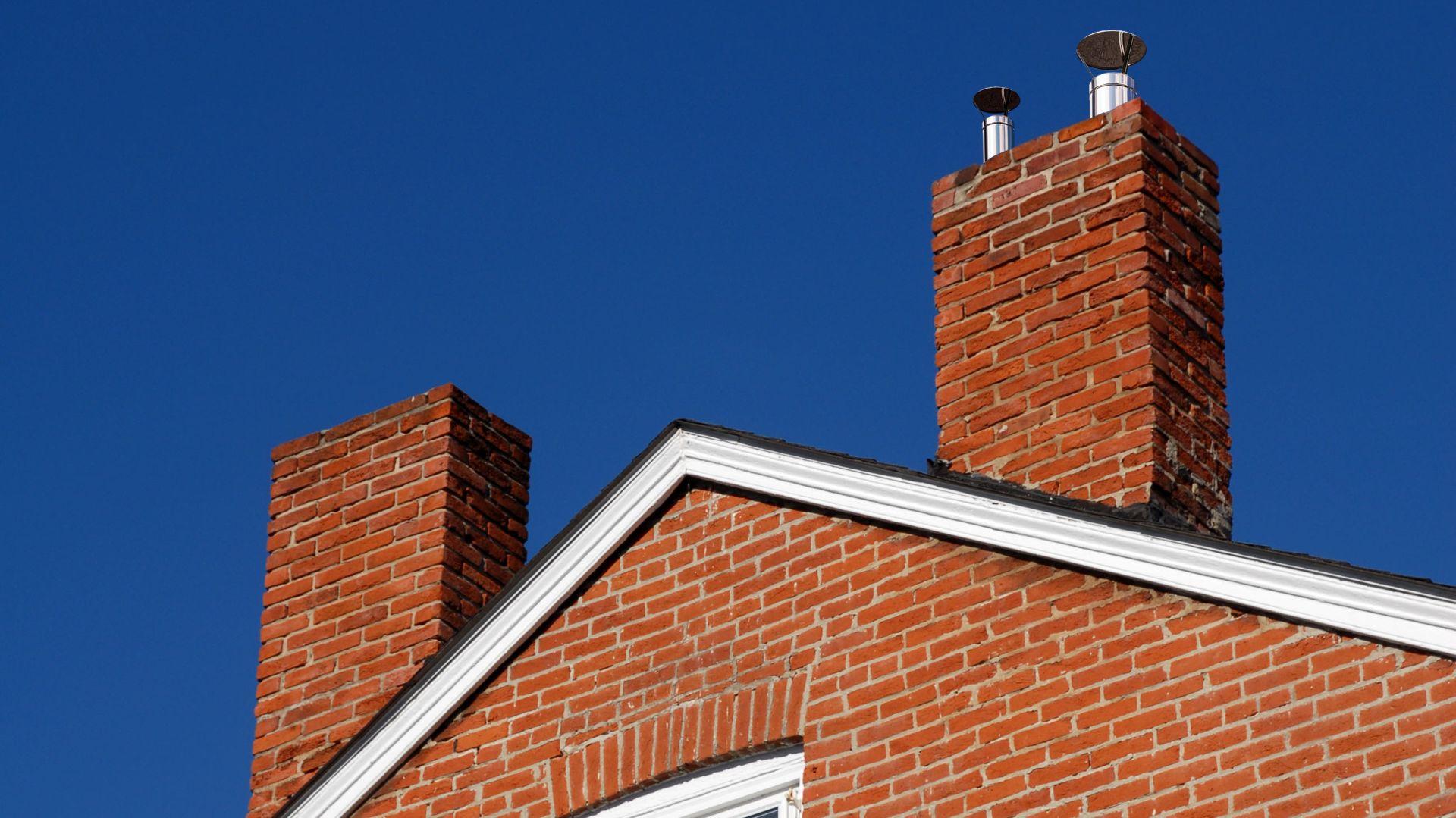 W myśl przepisów w budynkach usytuowanych w II i III strefie obciążenia wiatrem określonych Polskimi Normami, należy stosować na przewodach dymowych i spalinowych nasady kominowe zabezpieczające przed odwróceniem ciągu. Należy je stosować również na innych obszarach, jeżeli wymaga tego położenie budynków i lokalne warunki topograficzne. Fot. MK Systemy Kominowe