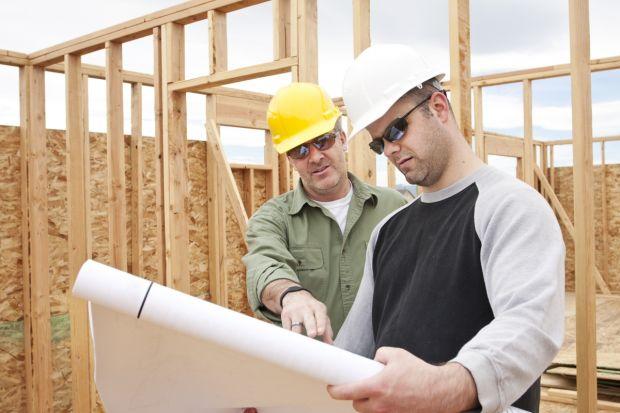 Dom powinien zostać wybudowany zgodnie z pozwoleniem na budowę wydawanym na podstawie projektu, który zawiera m.in. opis techniczny dotyczący kluczowych materiałów budowlanych. Pewne zmiany są możliwe nawet po zatwierdzeniu projektu, mogą się je