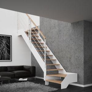 Schody (S) dwuzabiegowe Futura oparte na konstrukcji metalowej, ze stopniami z mozaiki bukowej w kolorze natura, z balustradą Weld 4 Rurki. Fot. Rintal Polska
