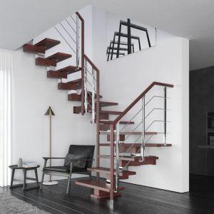 Schody (C) dwuzabiegowe Milo oparte na konstrukcji drewnianej z elementami nierdzewnymi, ze stopniami z mozaiki bukowej w kolorze ciemnego mahoniu oraz balustradą Filo Metal. Fot. Rintal Polska