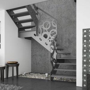 Schody (C) dwuzabiegowe Stella oparte na konstrukcji metalowej, ze stopniami z mozaiki bukowej w kolorze popielatym oraz balustradą Laser Koła. Fot. Rintal Polska