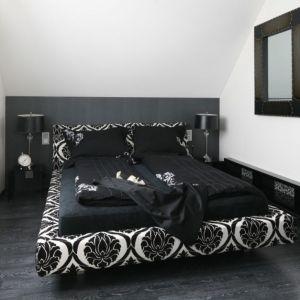 Biel i czerń zawsze prezentują się elegancko, również w sypialni. Proj. Małgorzata Borzyszkowska, Fot. Bartosz Jarosz