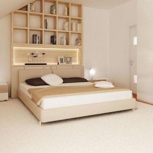 W tej sypialni króluje biel, gdzieniegdzie przełamana beżem i drewnem. Nawet dywan jest biały Przez to wnętrze jest bardzo jasne i pogodne. Fot. Z500