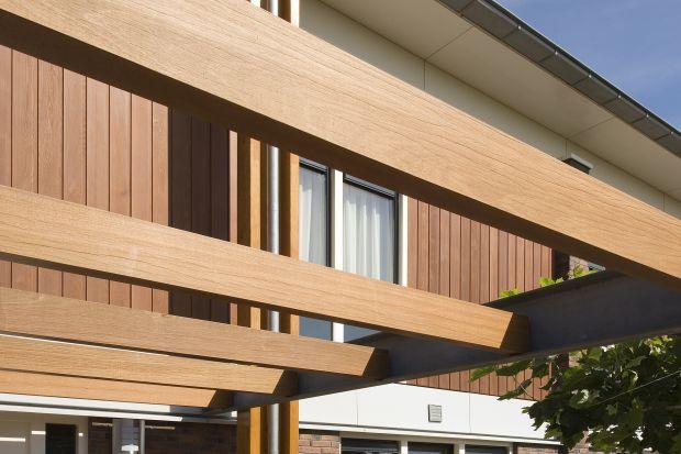 Drewno, jako produkt naturalny, wymaga kompleksowej ochrony. Dotyczy to zarówno materiału stosowanego na zewnątrz, narażonego na działanie czynników atmosferycznych – wody, promieniowania słonecznego i mrozu, jak i wewnątrz budynków. Niezależn