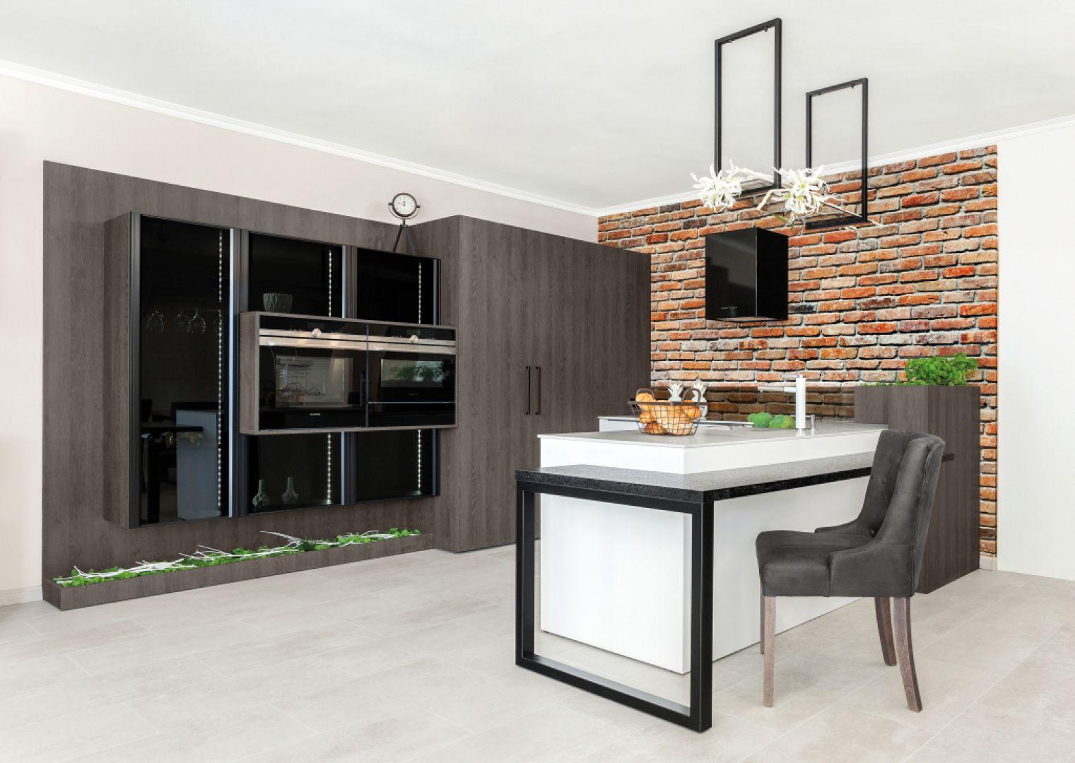 Montując fronty akrylowe w kuchni zyskujemy doświetlenie przestrzeni – szczególnie, jeżeli wybierzemy wersję z połyskiem – kuchnia będzie wydawać się większa i