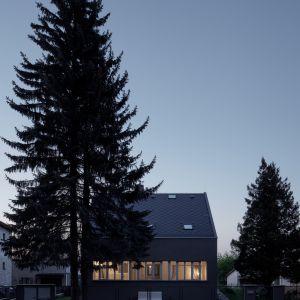 """Prosty dwuspadowy dach oraz bryła domu nie zostały zmienione. Za to całkowitej przemianie uległy wnętrza domu, które były całkowicie """"zamknięte"""" na przydomowy ogród. Fot. BoysPlayNice"""
