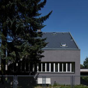 Z kolei na poddaszu można było odnaleźć typowy styl loftowy i mały pokój, Dom nie miał wystarczającej liczby okien, przez co pomieszczania były niedoświetlone, szare i ponure. Fot. BoysPlayNice
