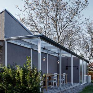 Jedynym całkowicie nowym, dodanym elementem jest drewniane patio połączone z elewacją domu od strony ogrodu. Fot. BoysPlayNice