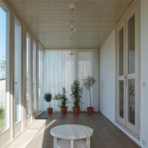 Architekci postanowili zachować tradycyjną, piękną bryłę domu. Skupili się na całkowitej zmianie układu poszczególnych pomieszczeń oraz szukali rozwiązań pozwalających wpuścić więcej światła do ponurego wnętrza domu. Fot. BoysPlayNice