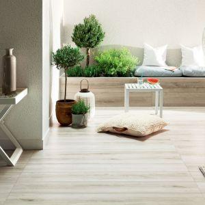 Drewno to piękny, jednak trudny w utrzymaniu surowiec. Ceramika Tubądzin postanowiła przenieść jego fakturę na płytki, tworząc nową kolekcję Wood marki Korzilius. Najnowsze gresy do złudzenia przypominają naturalne drewno z jego pełnym usłojeniem. Fot. Tubądzin
