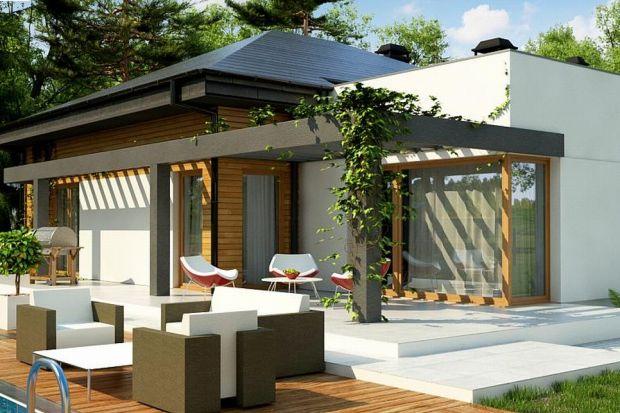 Prezentujemy Z271 to projekt nowoczesnego parterowego domu z dwustanowiskowym garażem z dachem czterospadowym.Z271 to propozycja dla osób poszukujących wyjątkowego projektu. Mieszkanka prostych, nowoczesnych form z dachem spadowym oraz ciekawe dodat