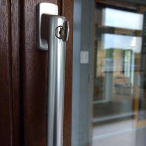 Klamki z zamkiem uniemożliwiają otwarcie okien i drzwi tarasowych bez użycia specjalnego klucza. Po zamknięciu klamka jest zablokowana i nie da się jej przekręcić. Fot. Sokółka Okna i Drzwi
