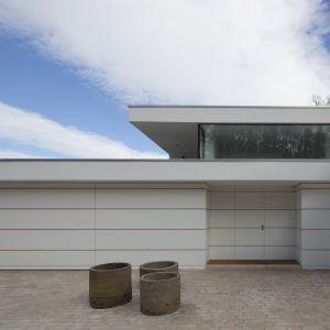 Wejście do domu znajduje się na najwyższym poziomie i przebiega przez obszerny hol wejściowy. Duże przeszklenia skierowane są ku zachodniej stronie. Fot. Hans Kreye