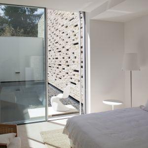 Dom jest dobrze doświetlony, jasny i zaaranżowany w subtelny. stonowanych, aczkolwiek eleganckich barwach. Fot. Hans Kreye