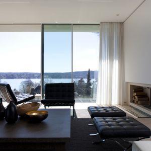 Dom wyróżniają otwarte przestrzenie zaaranżowane luksusowymi materiałami wykończeniowymi. Fot. Hans Kreye