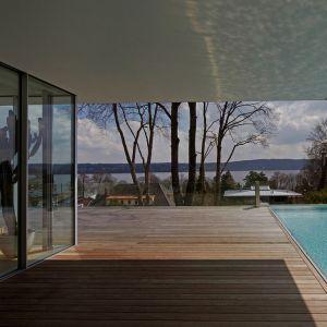 Dom wyróżnia otwarta przestrzeń między wnętrzami, a zewnętrzną strefie domu, oddzielona dużymi przeszkleniami i przesuwnymi szklanymi drzwiami. Fot. Marc Winkel