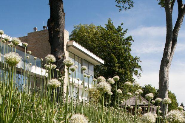 Z tej luksusowej rezydencji, położonej na wzgórzu, rozpościera się wspaniały widok na niemieckie jezioro Starnberg. Architekci ze studia Stephan Maria Lang Architects stworzyli dom, w którym zaciera się granica między strefą wewnętrzną i zewn�