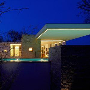 """Zastosowanie """"bezkrawędziowego"""" basenu oraz """"wodnego"""" dziedzińca tworzy niesamowity efekt, kiedy dom jest doświetlony nocą. Fot. Marc Winkel"""