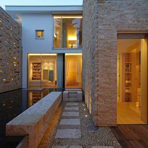 Dom został zaprojektowany z myślą o użytkownikach, którzy spędzają dużo czasu na świeżym powietrzu, nie lubią ograniczeń i kochają dobrą zabawę z przyjaciółmi. Fot. Marc Winkel