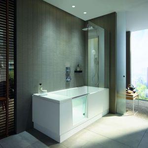 Shower&Bath projektu EOOS dla firmy Duravit, to połączenie prysznica typu walk–in z wanną. Zintegrowane szklane drzwi łatwo przekształcają wannę w dostępny, otwarty prysznic. Kiedy drzwi są otwarte do wewnątrz wanny, znikają pod wodoodpornym oparciem i pozostają niewidoczne. Fot. Duravit