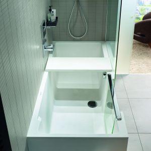 Prostokątny kształt oraz ostry kąt nachylenia boków zapewniają dużo przestrzeni na poruszanie się w czasie kąpieli pod prysznicem. Fot. Duravit