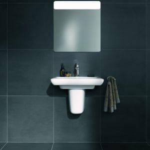 Coraz częściej w łazienkach spotykamy zabudowy ścienne, w których chowamy większość rzeczy, np. za lustrem. Fot. Koło