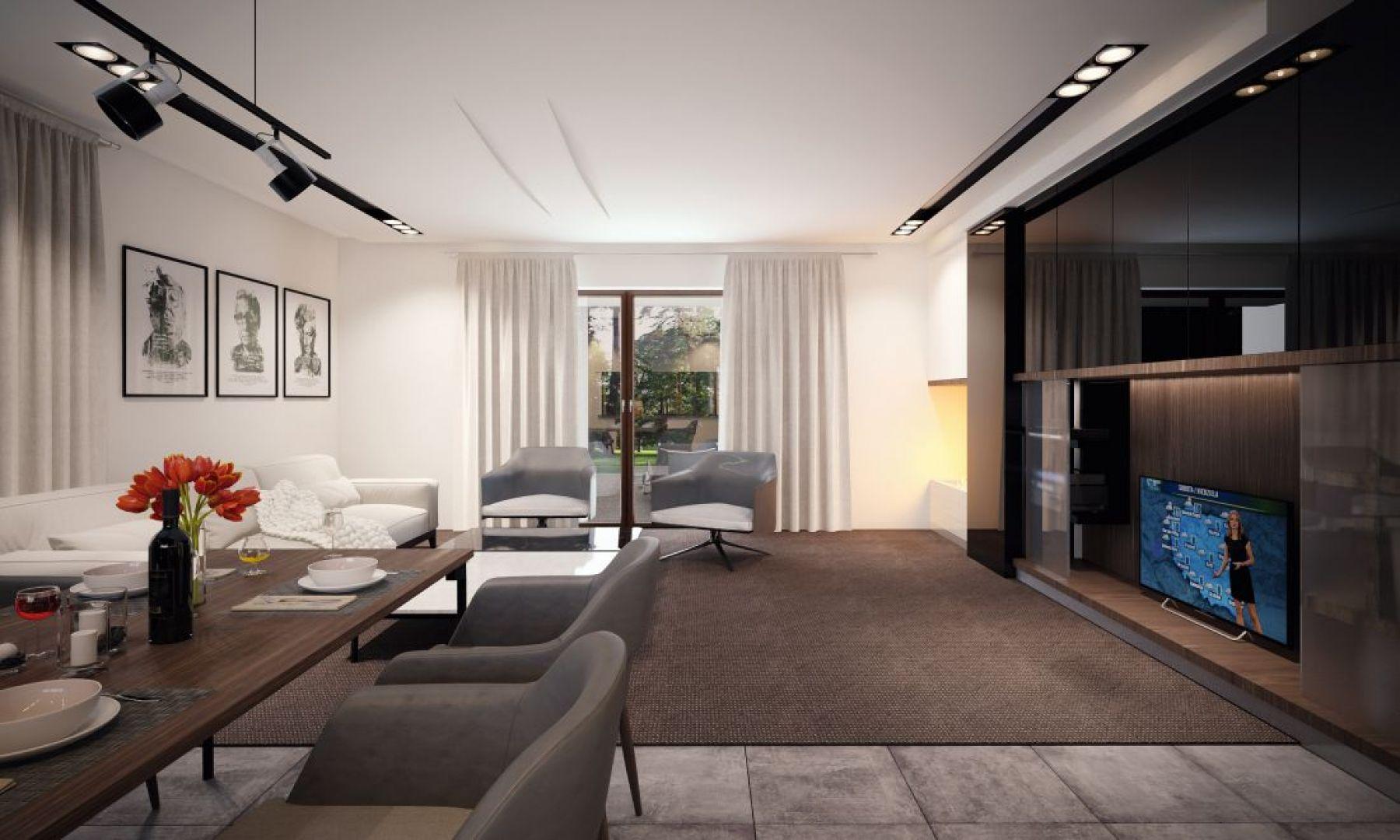 Wnętrze jest wypełnione światłem, co zawdzięczamy dużej powierzchni drzwi balkonowych.Fot. Archetyp
